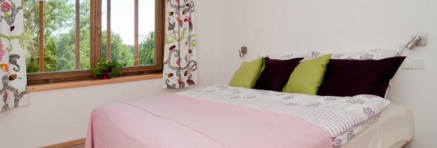 Chalupy k pronájmu na Šumavě - ložnice s kvalitní postelí 180 x 200